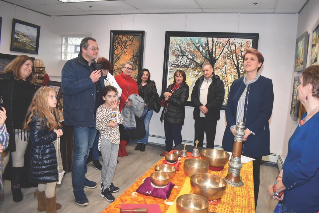 Maria Majka Nowak (pierwsza z prawej) dziękuje gościom za przybycie na otwarcie galerii ZDJĘCIA: JANUSZ M. SZLECHTA/ NOWY DZIENNIK